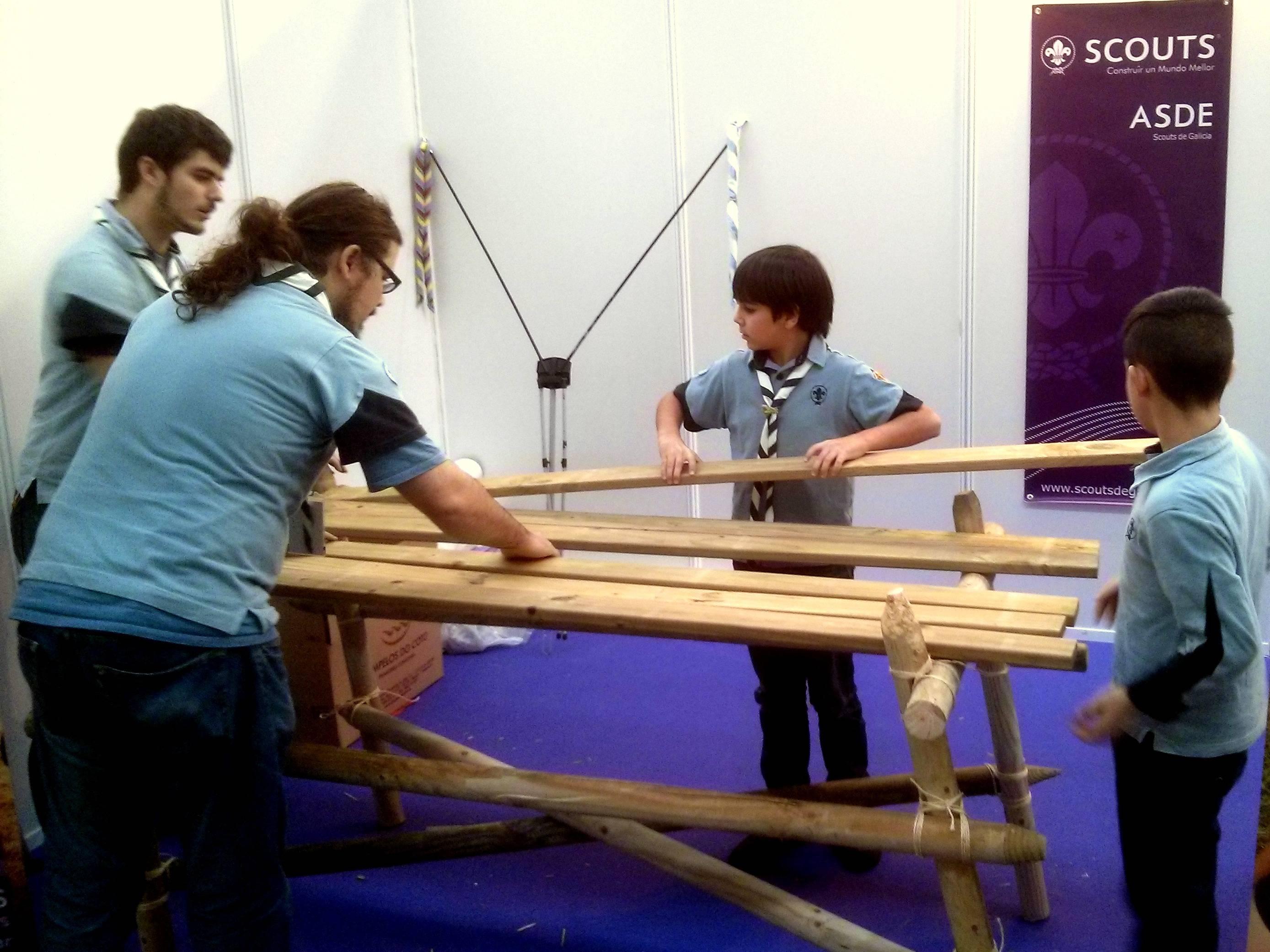 a patrulla mouchos construe unha mesa 1